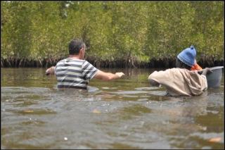 On traverse le bolong, contre courant, de l'eau jusqu'aux aisselles